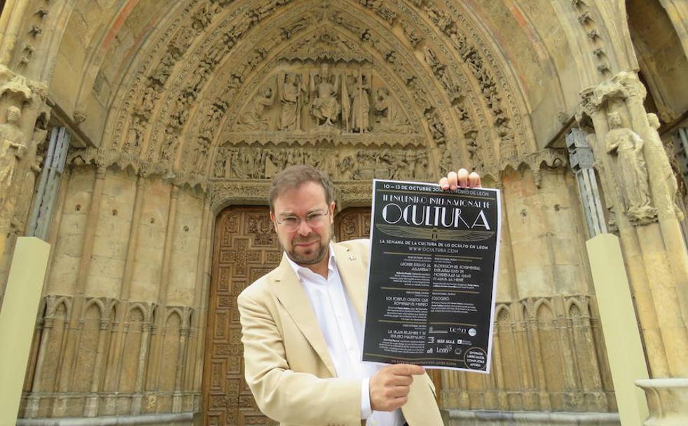 El escritor Javier Sierra junto al cartel de la seguda edicción de 'Ocultura'.