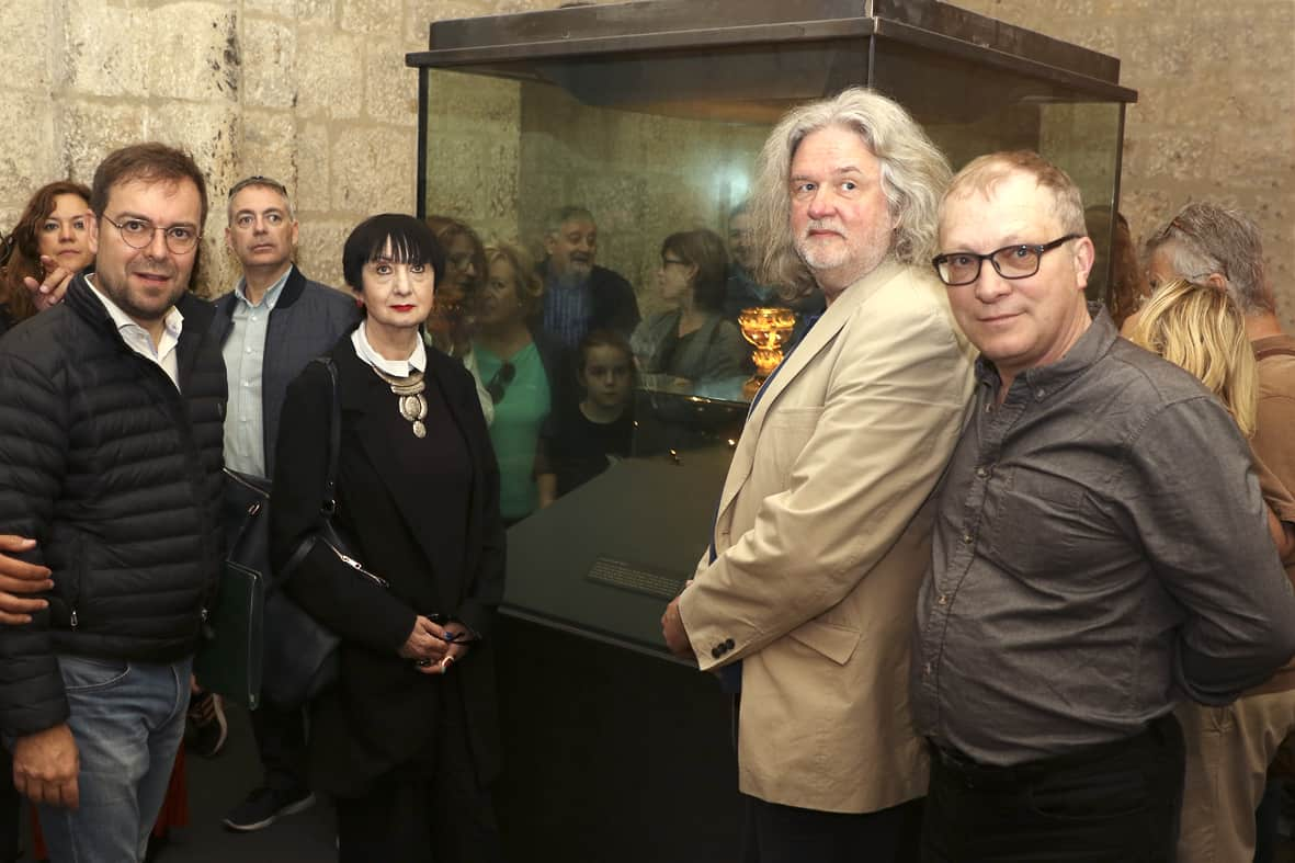 Javier Sierra, Lynn Picknett, Clive Prince y Gary Lachman junto al Cáliz de Doña Sancha